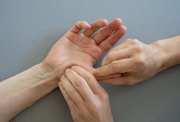 terapia manualna z kciukiem